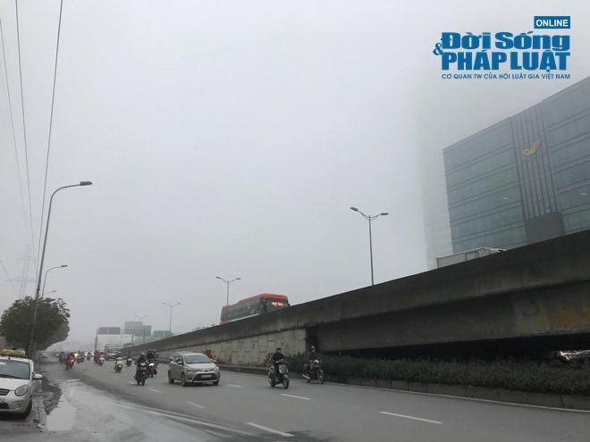 """Ảnh hưởng bởi không khí lạnh, Hà Nội """"mờ ảo"""" trong làn sương mù dày đặc - Ảnh 3"""