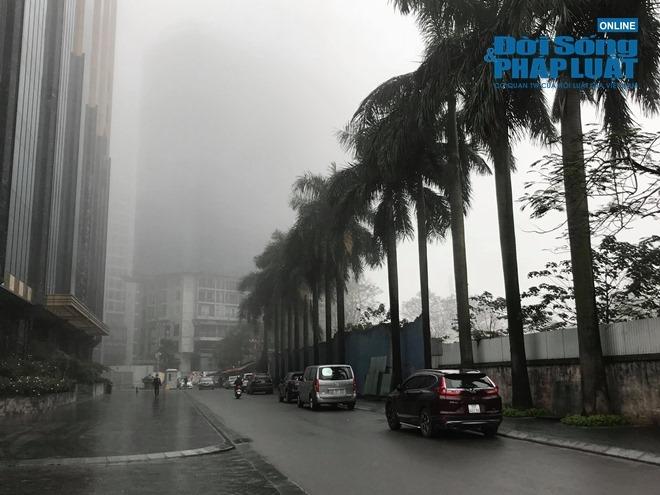 """Ảnh hưởng bởi không khí lạnh, Hà Nội """"mờ ảo"""" trong làn sương mù dày đặc - Ảnh 5"""