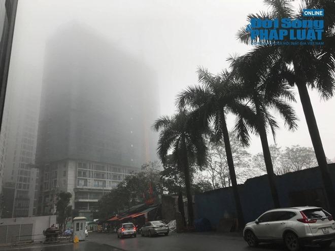 """Ảnh hưởng bởi không khí lạnh, Hà Nội """"mờ ảo"""" trong làn sương mù dày đặc - Ảnh 6"""