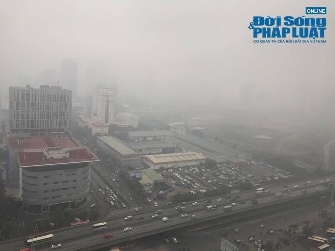 """Ảnh hưởng bởi không khí lạnh, Hà Nội """"mờ ảo"""" trong làn sương mù dày đặc - Ảnh 7"""