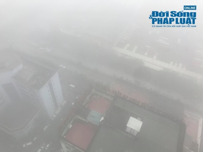 """Ảnh hưởng bởi không khí lạnh, Hà Nội """"mờ ảo"""" trong làn sương mù dày đặc - Ảnh 11"""