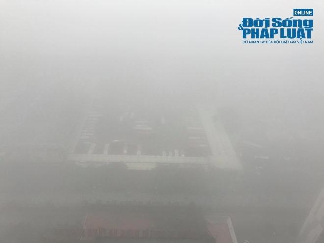 """Ảnh hưởng bởi không khí lạnh, Hà Nội """"mờ ảo"""" trong làn sương mù dày đặc - Ảnh 9"""