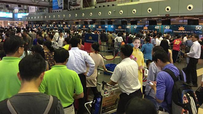 4 nữ hành khách lao vào đánh nhau tại sân bay Nội Bài vì tranh chỗ xếp hàng - Ảnh 1
