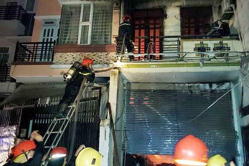 Cháy lớn trong đêm, nhiều người ôm tài sản bỏ chạy - Ảnh 2