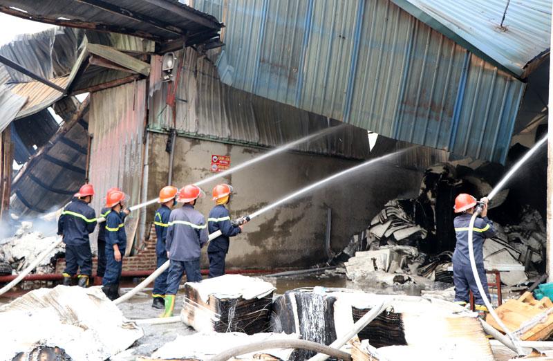 Cháy lớn tại nhà máy giấy ở Thái Nguyên, thiệt hại nhiểu tỷ đồng - Ảnh 1