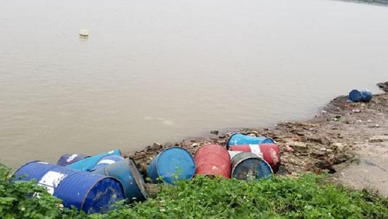 Hành vi đổ chất thải ra môi trường bị xử lý như thế nào? - Ảnh 1