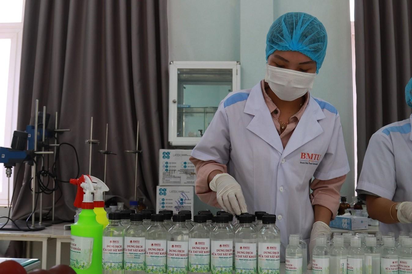 Trường đại học Buôn Ma Thuột pha chế hơn 4.500 lít dung dịch rửa tay sát khuẩn phục vụ cộng đồng - Ảnh 1