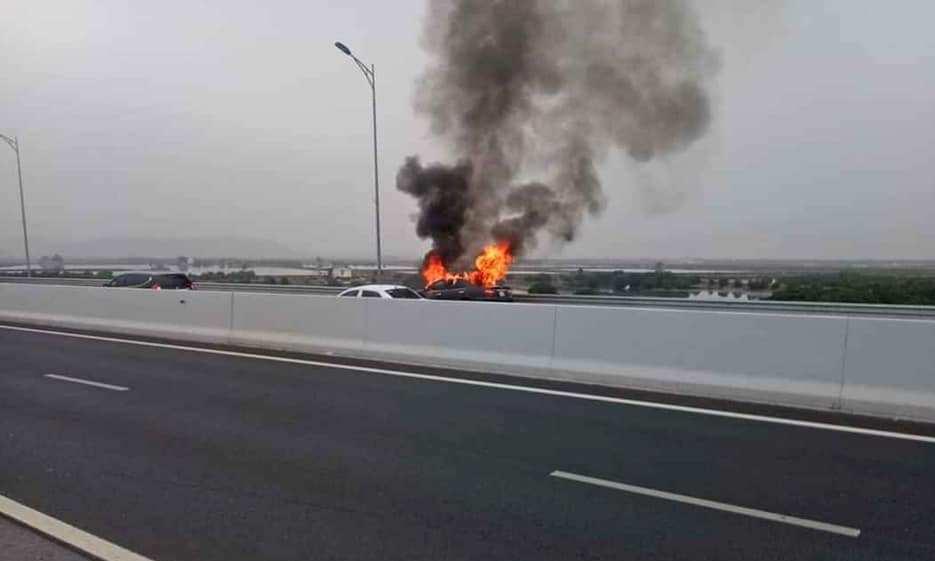 Xe Camry bốc cháy trơ khung trên cao tốc Hạ Long-Hải Phòng - Ảnh 1