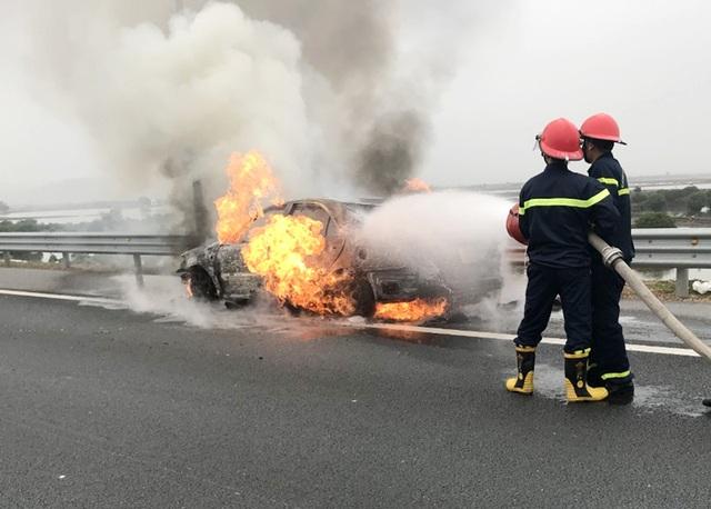 Xe Camry bốc cháy trơ khung trên cao tốc Hạ Long-Hải Phòng - Ảnh 2