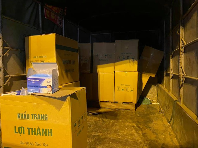 Bắt giữ chiếc xe tải chở hơn 50.000 khẩu trang y tế lậu đi tiêu thụ trong đêm - Ảnh 1