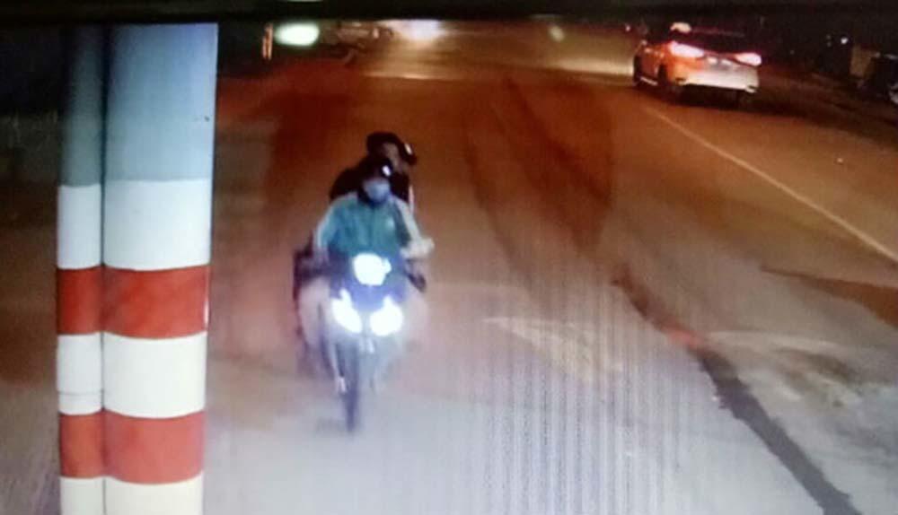 Nữ tài xế Grabbike bị khách chích roi điện, cướp xe máy ở TP.HCM lúc nửa đêm - Ảnh 1