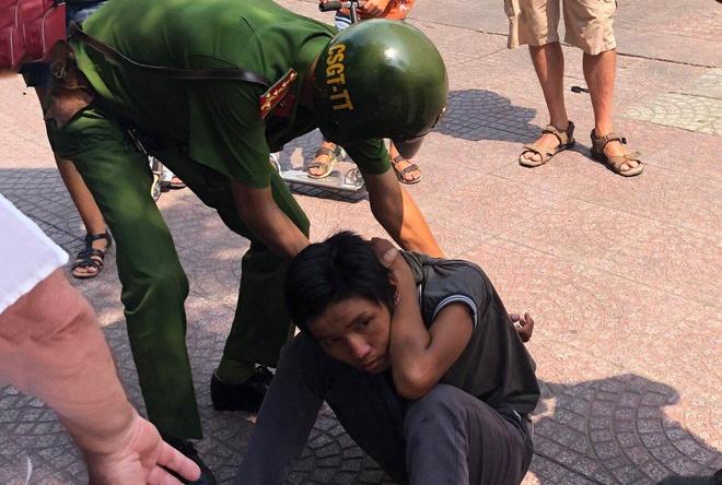 Tạm giữ thiếu niên 16 tuổi giật điện thoại, tấn công vợ chồng du khách Pháp tại TP.HCM - Ảnh 1
