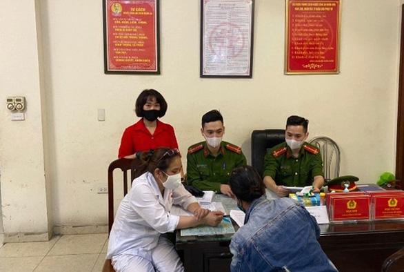 Một phụ nữ ở Hà Nội không đeo khẩu trang nơi công cộng bị phạt 200.000 đồng - Ảnh 1