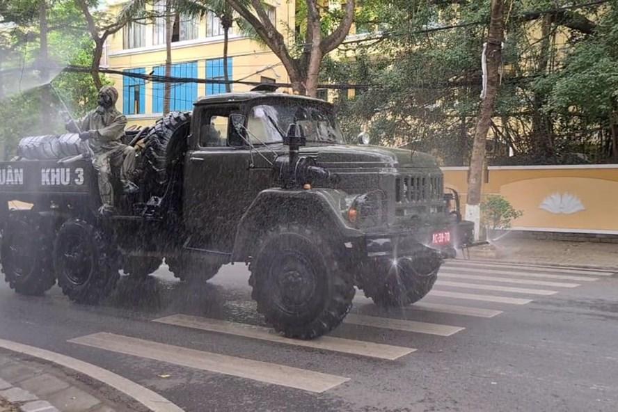 Xe quân đội phun hóa chất khử trùng đường phố Hải Phòng - Ảnh 1