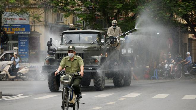 Xe quân đội phun hóa chất khử trùng đường phố Hải Phòng - Ảnh 4