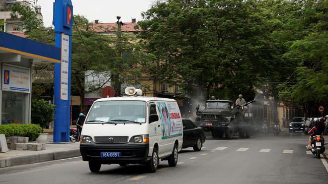 Xe quân đội phun hóa chất khử trùng đường phố Hải Phòng - Ảnh 5