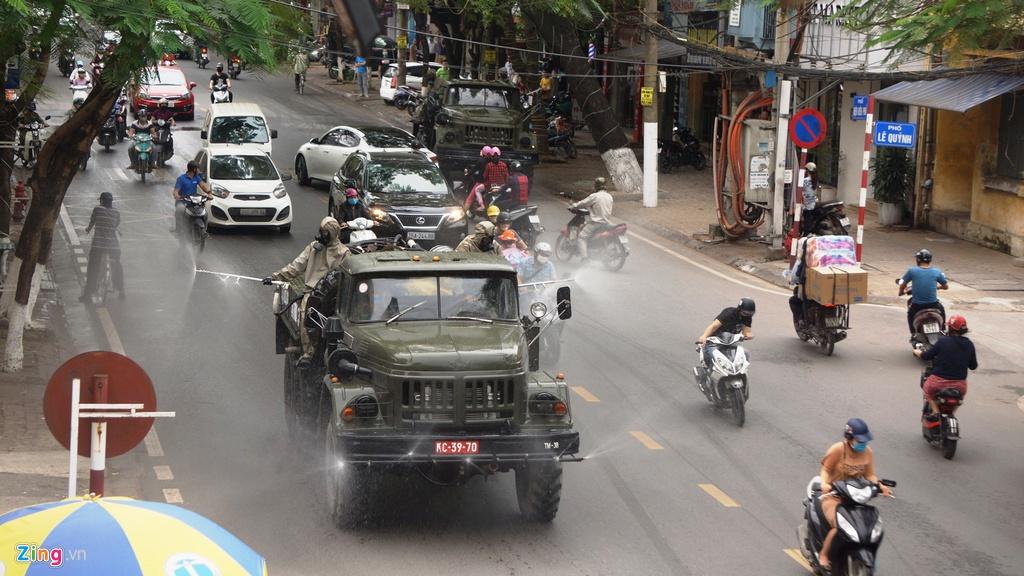 Xe quân đội phun hóa chất khử trùng đường phố Hải Phòng - Ảnh 6