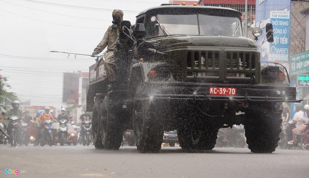 Xe quân đội phun hóa chất khử trùng đường phố Hải Phòng - Ảnh 8