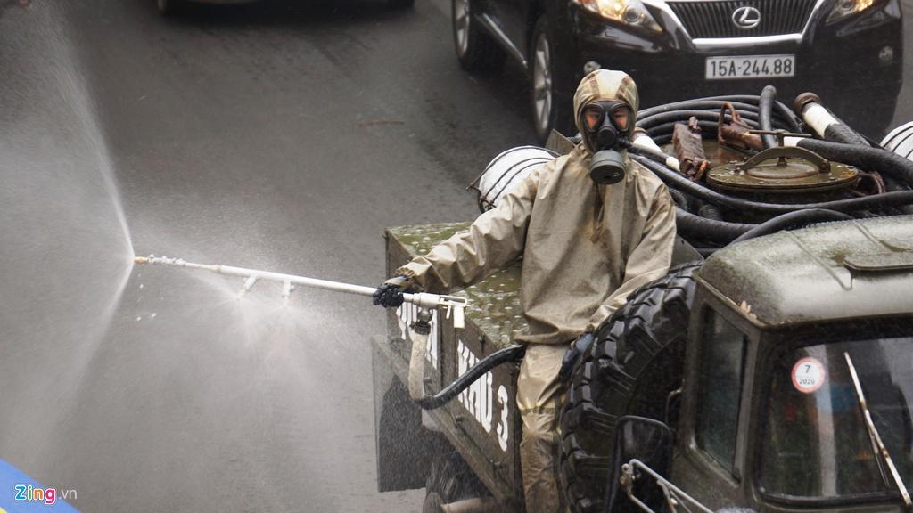 Xe quân đội phun hóa chất khử trùng đường phố Hải Phòng - Ảnh 9