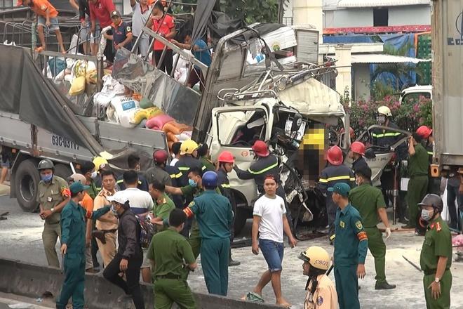 Xe tải húc đuôi container ở TP.HCM, 3 người chết thảm - Ảnh 1