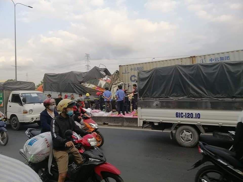 Xe tải húc đuôi container ở TP.HCM, 3 người chết thảm - Ảnh 2