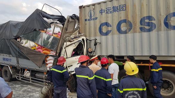 Xe tải húc đuôi container ở TP.HCM, 3 người chết thảm - Ảnh 3