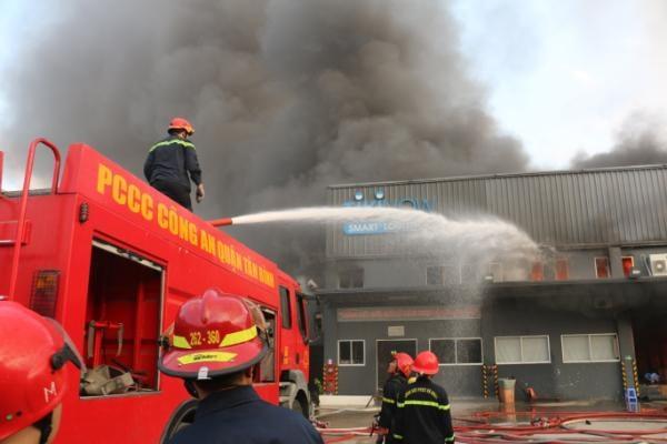 Cháy kho hàng gần sân bay Tân Sơn Nhất - Ảnh 1