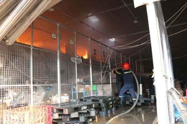 Cháy kho hàng gần sân bay Tân Sơn Nhất - Ảnh 2