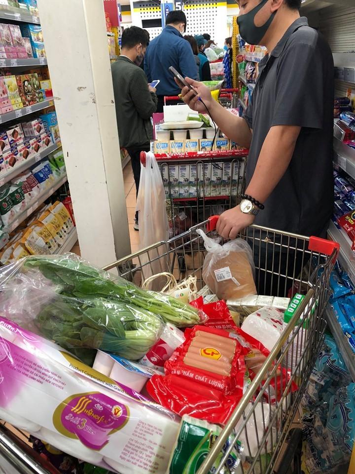 Người dân Hà Nội đổ xô đi mua lương thực sau khi có bệnh nhân nhiễm Covid-19 - Ảnh 9