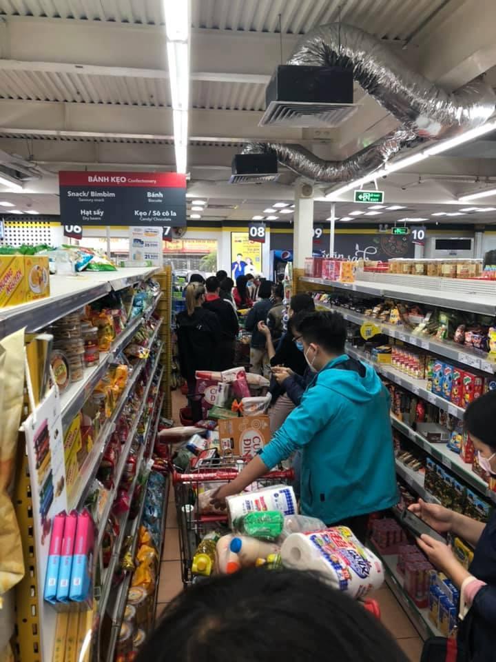 Người dân Hà Nội đổ xô đi mua lương thực sau khi có bệnh nhân nhiễm Covid-19 - Ảnh 10
