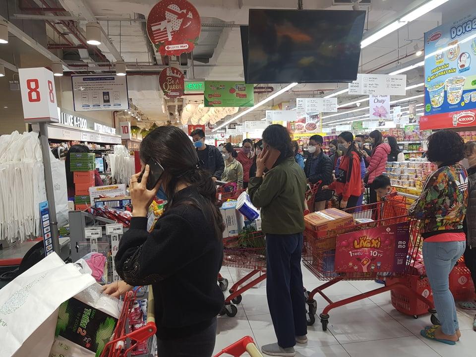 Người dân Hà Nội đổ xô đi mua lương thực sau khi có bệnh nhân nhiễm Covid-19 - Ảnh 5