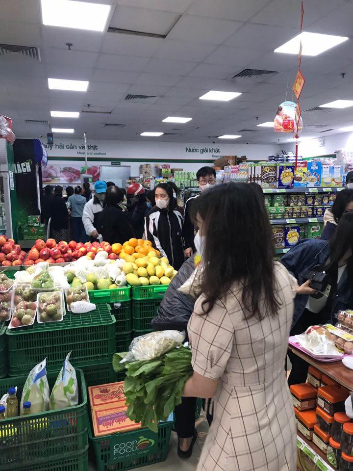 Người dân Hà Nội đổ xô đi mua lương thực sau khi có bệnh nhân nhiễm Covid-19 - Ảnh 2