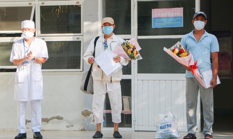 Hai bệnh nhân mắc Covid-19 thứ 61 và 67 khỏi bệnh được xuất viện - Ảnh 1