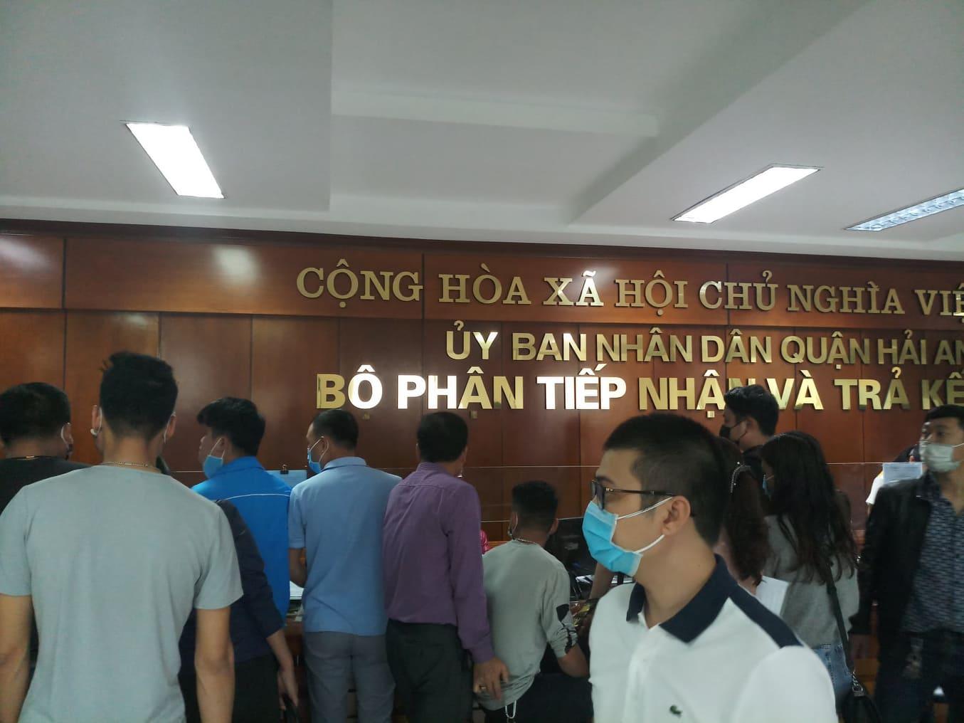 Cả trăm người chen lấn kinh hoàng xin giấy xác nhận ra ngoài thành phố Hải Phòng - Ảnh 2
