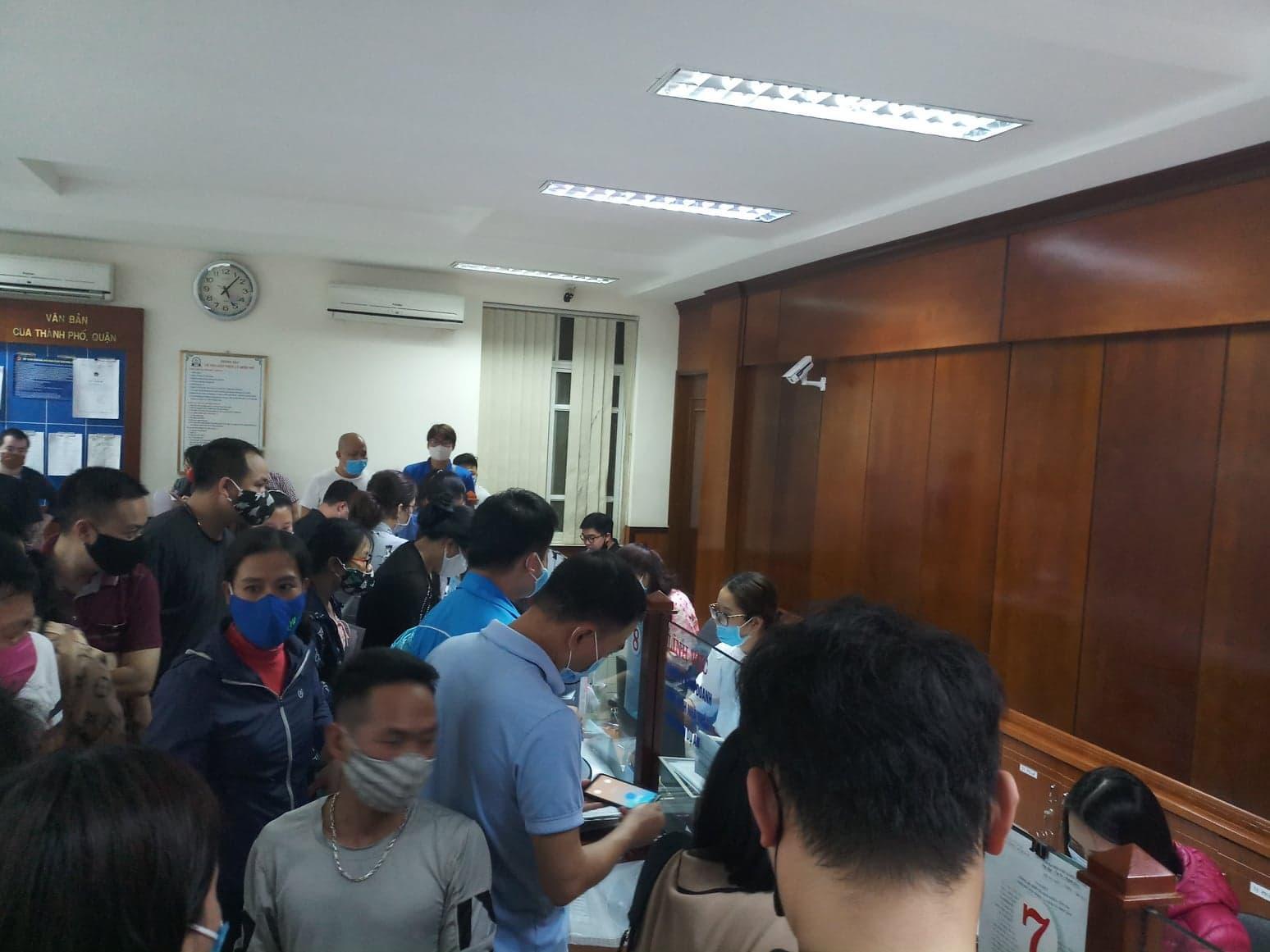 Cả trăm người chen lấn kinh hoàng xin giấy xác nhận ra ngoài thành phố Hải Phòng - Ảnh 3