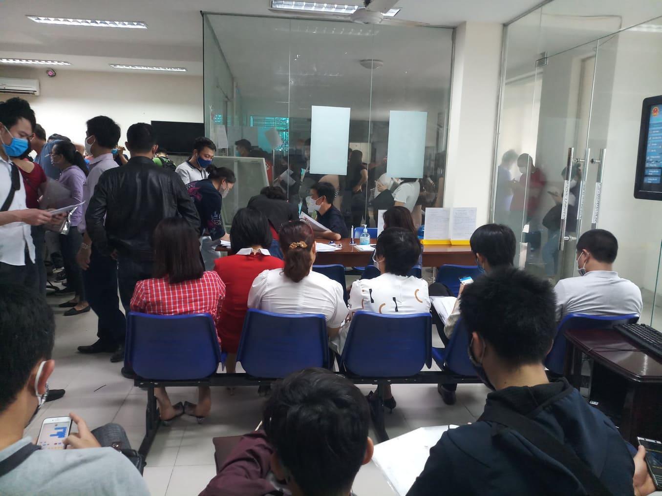 Cả trăm người chen lấn kinh hoàng xin giấy xác nhận ra ngoài thành phố Hải Phòng - Ảnh 4
