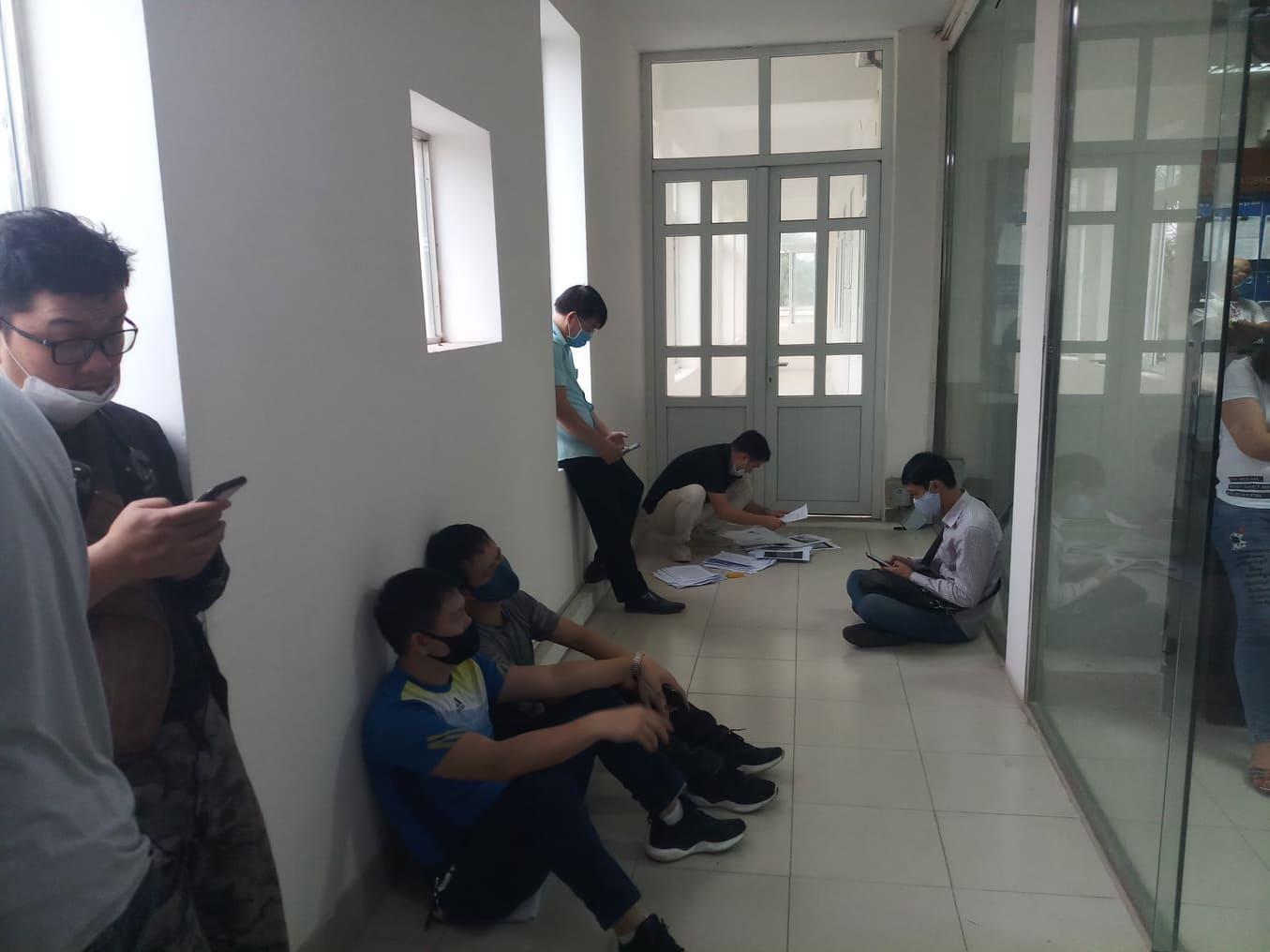 Cả trăm người chen lấn kinh hoàng xin giấy xác nhận ra ngoài thành phố Hải Phòng - Ảnh 6
