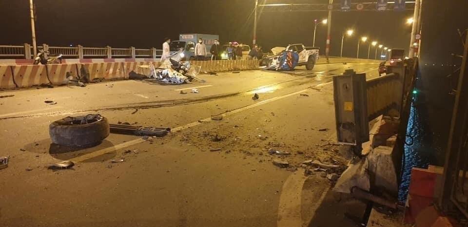 Xe bán tải Chevrolet Colorado văng bánh, bay nóc trên cầu Vĩnh Tuy, một người tử vong - Ảnh 1