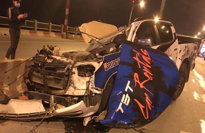 Xe bán tải Chevrolet Colorado văng bánh, bay nóc trên cầu Vĩnh Tuy, một người tử vong - Ảnh 2