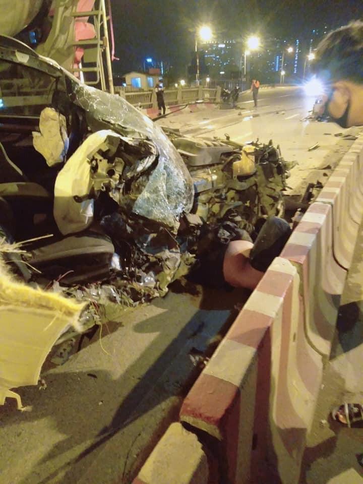Xe bán tải Chevrolet Colorado văng bánh, bay nóc trên cầu Vĩnh Tuy, một người tử vong - Ảnh 3
