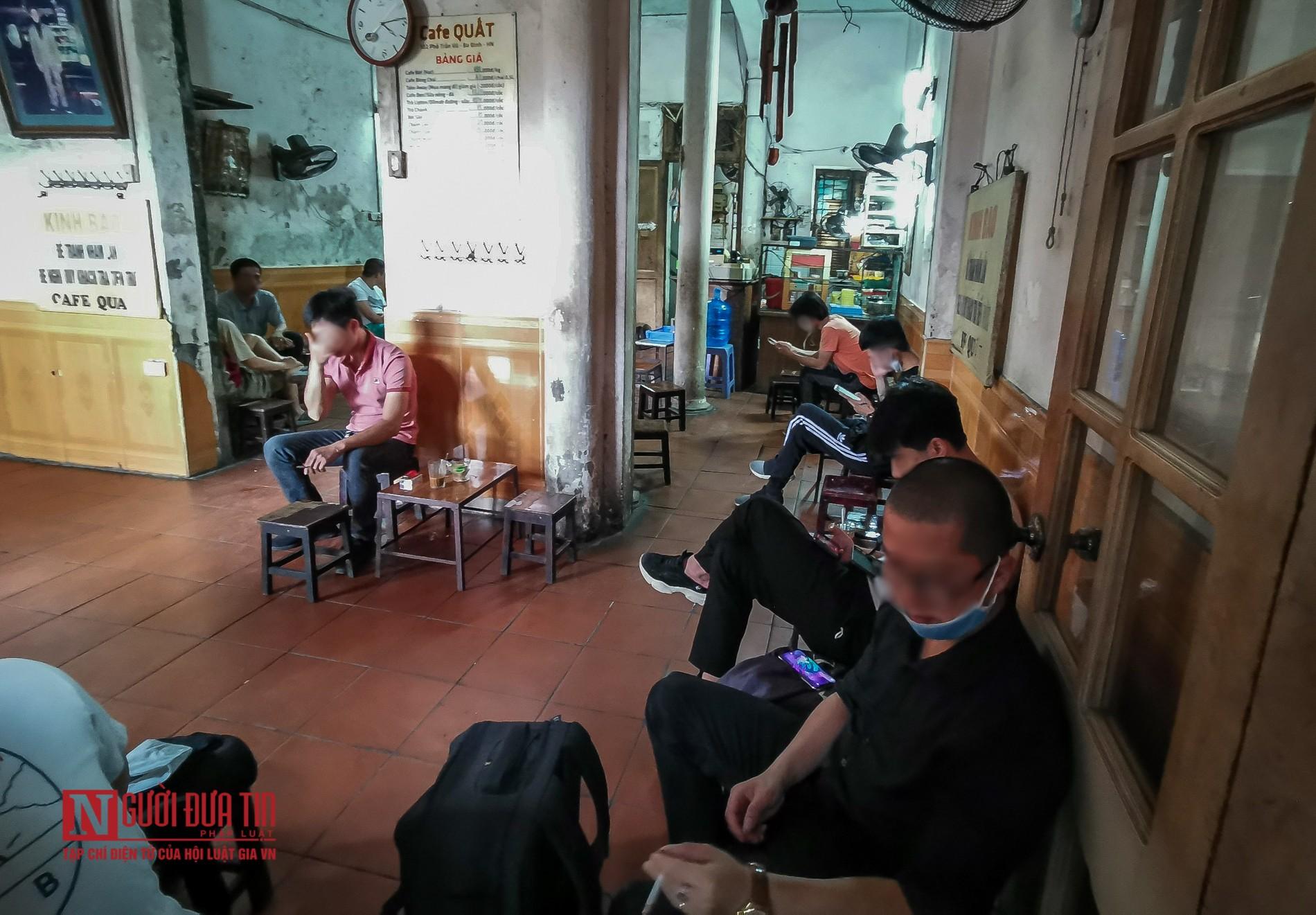 """Hà Nội: Bất chấp """"cách ly toàn xã hội"""", hàng quán ngang nhiên mở cửa đón khách - Ảnh 4"""