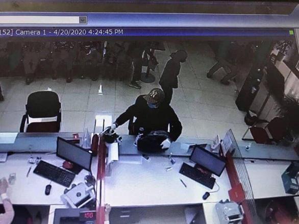 Nghi án thanh niên bịt mặt, cầm súng xông vào cướp ngân hàng ở Hà Nội - Ảnh 1