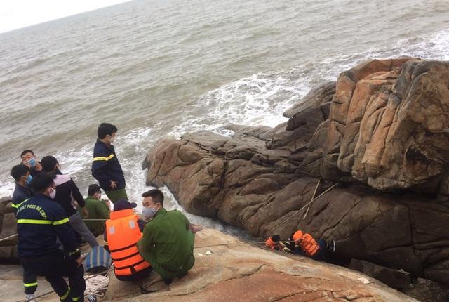 Phát hiện thi thể nam giới mắc kẹt ở khe đá tại bãi biển Sầm Sơn - Ảnh 1