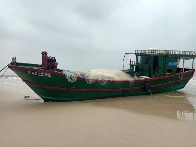 Phát hiện tàu không người lái, có dòng chữ Trung Quốc dạt vào bờ biển Quảng Bình - Ảnh 1