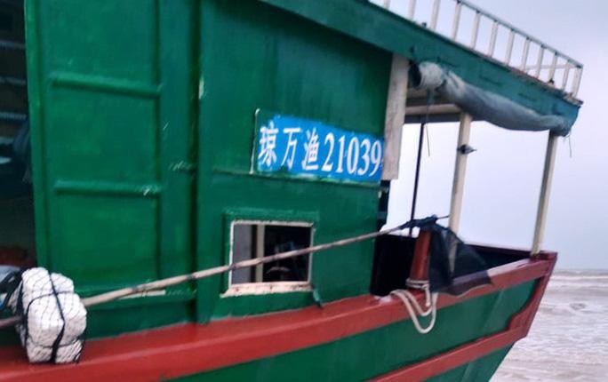 Phát hiện tàu không người lái, có dòng chữ Trung Quốc dạt vào bờ biển Quảng Bình - Ảnh 2