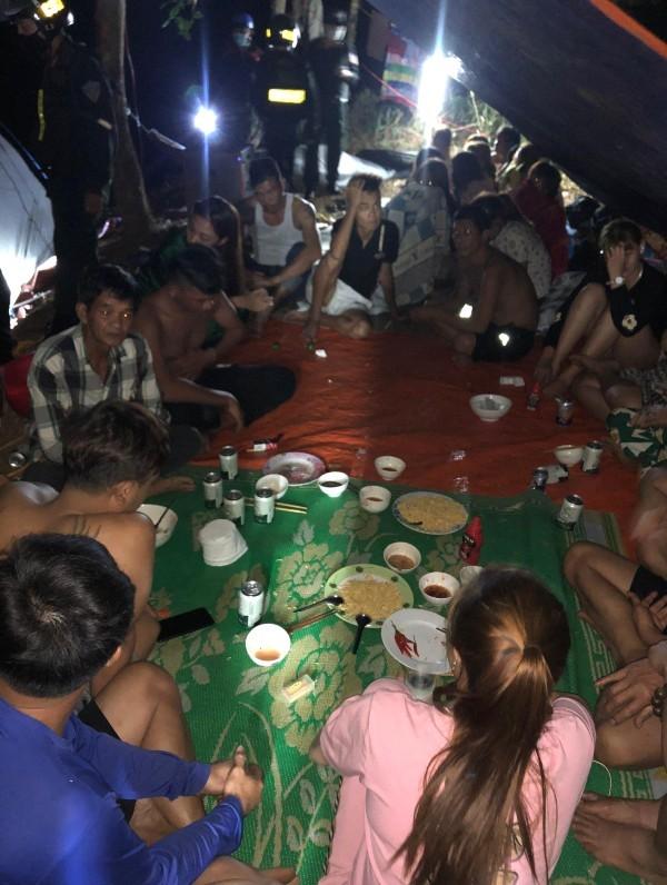 Xử lý 25 người tụ tập ăn nhậu thâu đêm trong thời gian cách ly xã hội - Ảnh 2