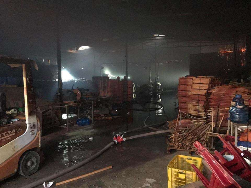 Công ty gỗ ở Bình Dương bốc cháy dữ dội, cảnh sát đeo mặt nạ chống độc dập lửa - Ảnh 2