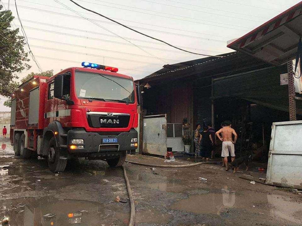 Công ty gỗ ở Bình Dương bốc cháy dữ dội, cảnh sát đeo mặt nạ chống độc dập lửa - Ảnh 3