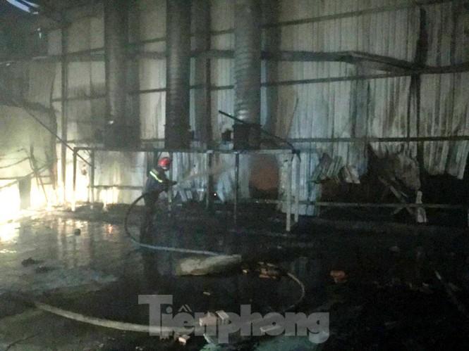 Công ty gỗ ở Bình Dương bốc cháy dữ dội, cảnh sát đeo mặt nạ chống độc dập lửa - Ảnh 1