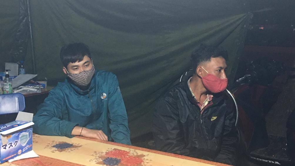 2 thanh niên uống rượu đâm xe máy vào nữ cán bộ ở chốt kiểm dịch Hải Dương - Ảnh 1